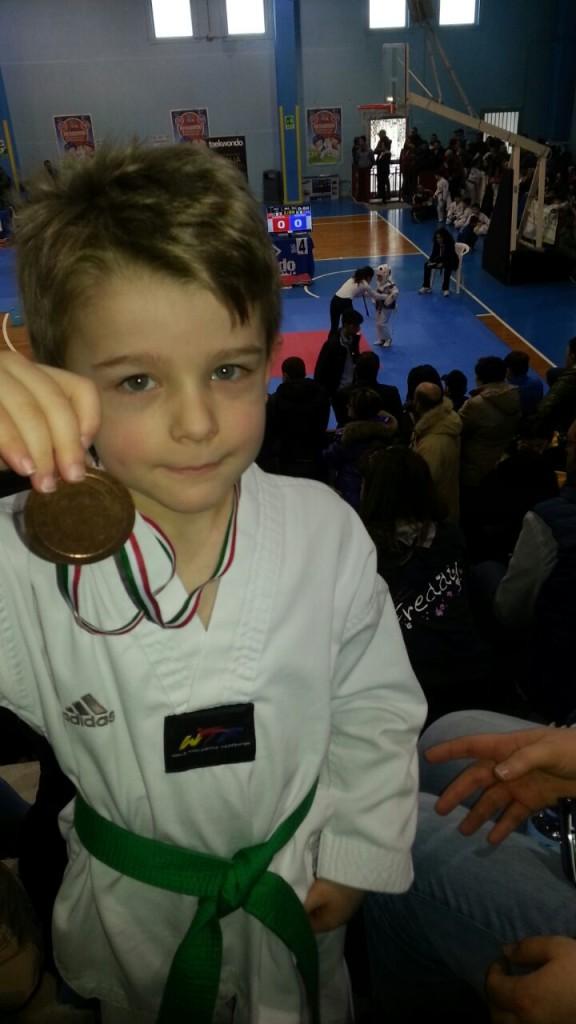Andrea Sul Podio Medaglia di Bronzo soddisfatto di aver giocato al Taekwondo con il suo ricordo medaglia.