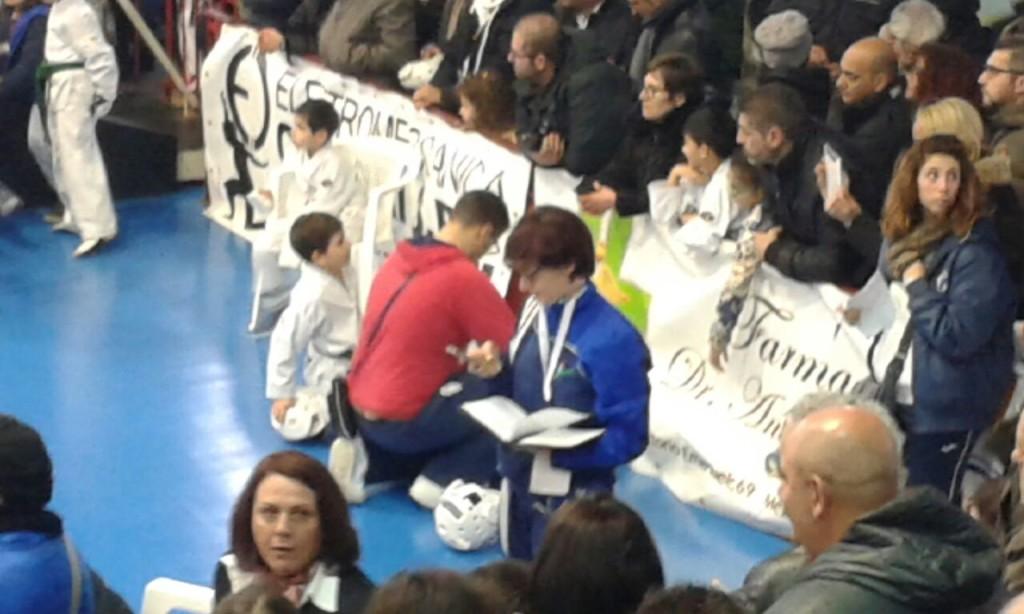 La nostra direttrice tecnica comunica i risultati al maestro lontano sempre per il taekwondo :-)