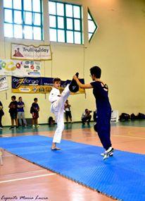 Riccardo all'esame di cintura nera poom ...sempre giocando al taekwondo ....