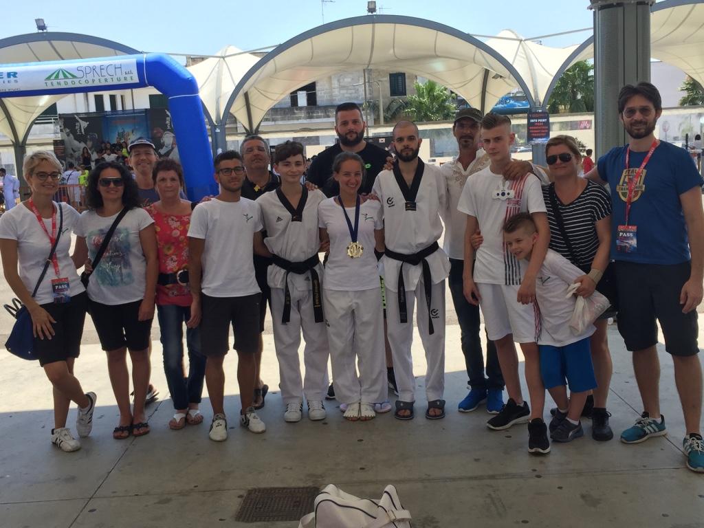 1 2 3 Taekwondo Mansé a Martano foto di gruppo di fine gara.