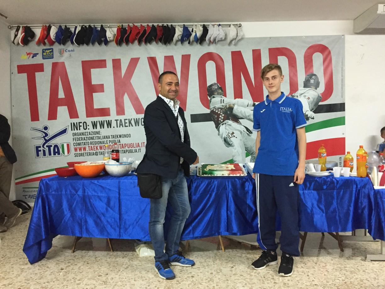 Rientrati a casa si festeggia Ricky con il Presidente Regionale Puglia Martino Montanaro alla festa a sorpresa